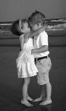 Kislány és kisfiú csókot ad egymásnak