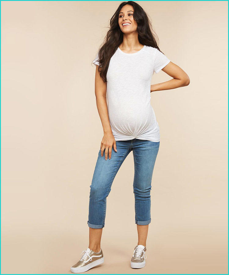 f37c2db435 Nem kell túlgondolni az öltözködést: egy fehér póló vagy ing és egy farmer.  És csinos!